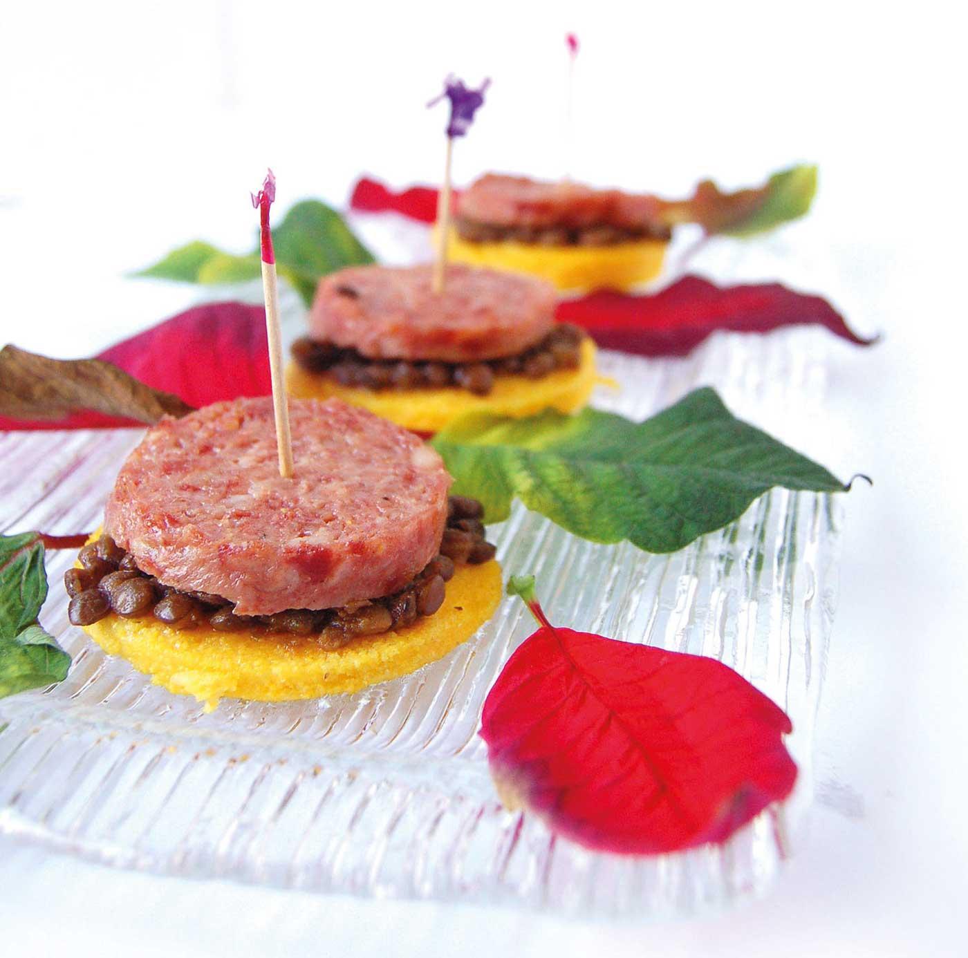 Crostini di polenta con lenticchie e cotechino